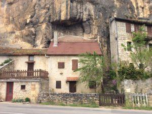 Die Häuser springen aus aus den Felsennischen vor.