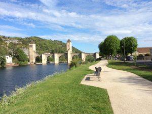 Die große mittelalterliche Brücke in Cahors.